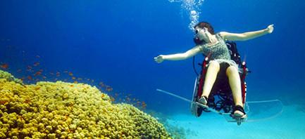 La sedia a rotelle subacquea di Sue Austin